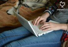 Una giovane nomade digitale mentre lavora